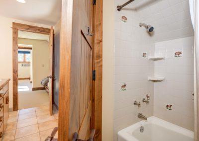 Hackamore 6 loft bathroom2
